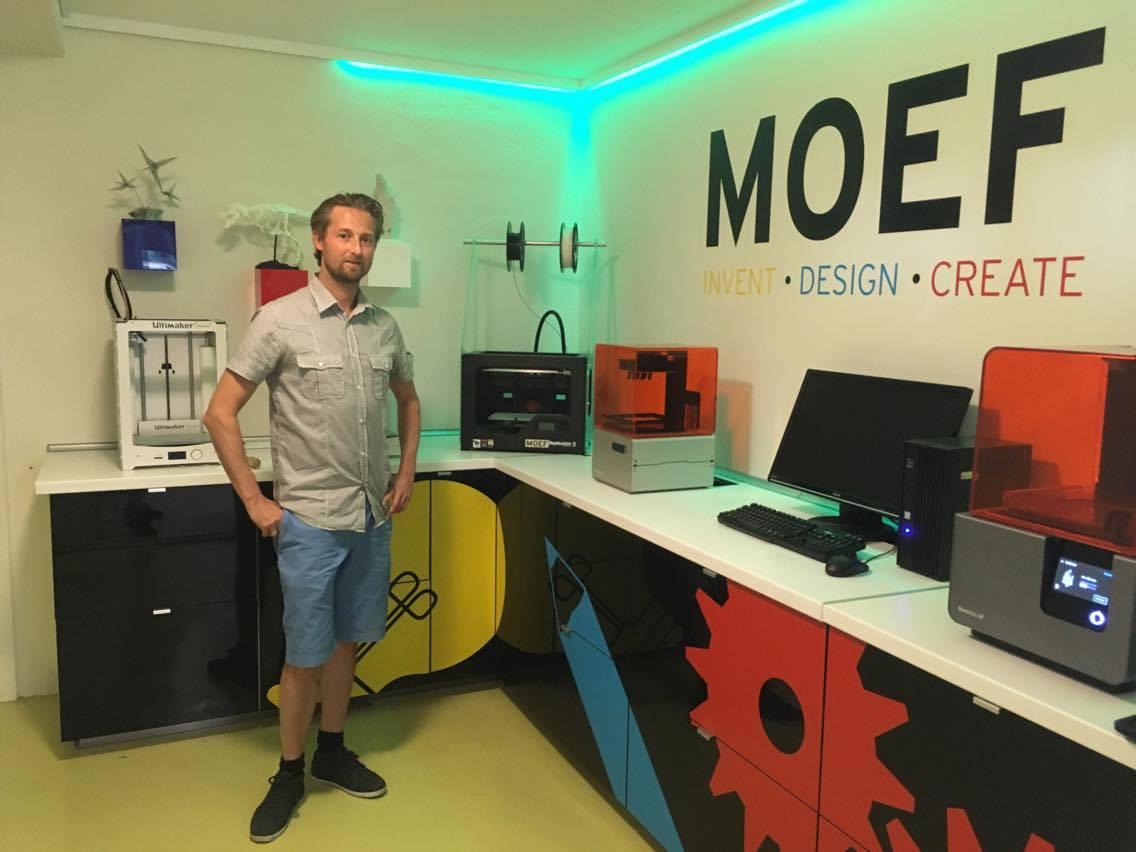 Prototypen er printet i 3D-print. Her ses Kristoffer Kelstrup Sabroe ved siden af virksomhedens 3D-printere